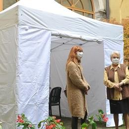 Lodi, alla casa di riposo di Santa Chiara le visite sono attraverso una grande finestra - VIDEO
