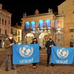 LODI il sindaco Casanova con la bandiera Unicef, esplode la polemica