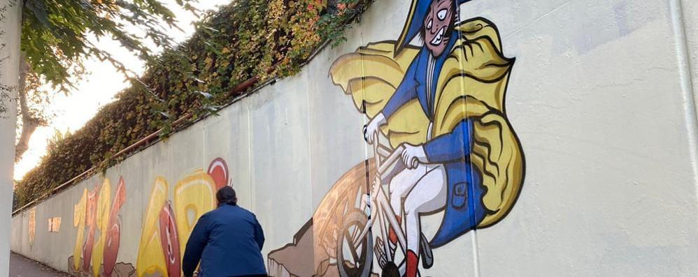 """Napoleone è un murales: omaggio all'imperatore """"senza testa  e in bicicletta"""""""