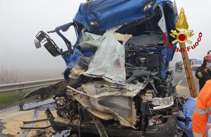 Uno dei due mezzi coinvolti distrutto dopo lo schianto (foto vigili del fuoco)