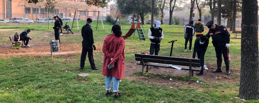 Senza mascherina e lontani da casa, cinque giovani sanzionati a Lodi