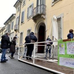 Santa Savina, presidio dei parenti: «Vogliamo vedere i nostri anziani»