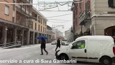 Casale sotto la neve