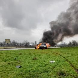 Incidente all'incrocio della Binasca, auto prende fuoco a Melegnano