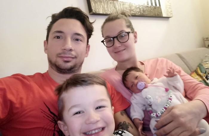 Andrea Zazzero ed Elena Invernizzi con il figlio Elia e la neonata Alisea