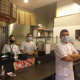 Prepara ottanta pizze della solidarietà e le dona alla mensa gestita dalla Caritas