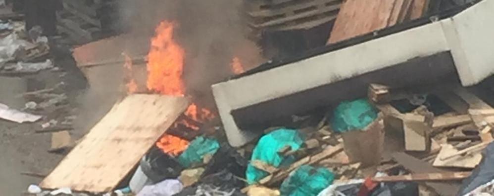 Rogo di rifiuti a cascina Belfuggito