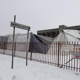 VIDEO - A Melegnano la neve fa crollare la tensostruttura della scuola