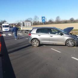 Violento schianto fra un'auto e un furgone, chiusa la provinciale a Vigarolo