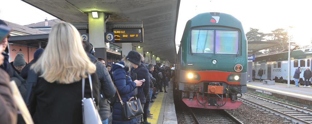 Ritardi e cancellazioni, a una settimana dalla tragedia del Frecciarossa per i pendolari viaggiare è ancora un'odissea