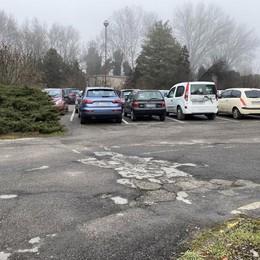 Luci sbiadite, rifiuti e degrado al parcheggio dell'ospedale di Sant'Angelo