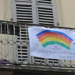 Sui balconi spuntano i messaggi #andràtuttobene