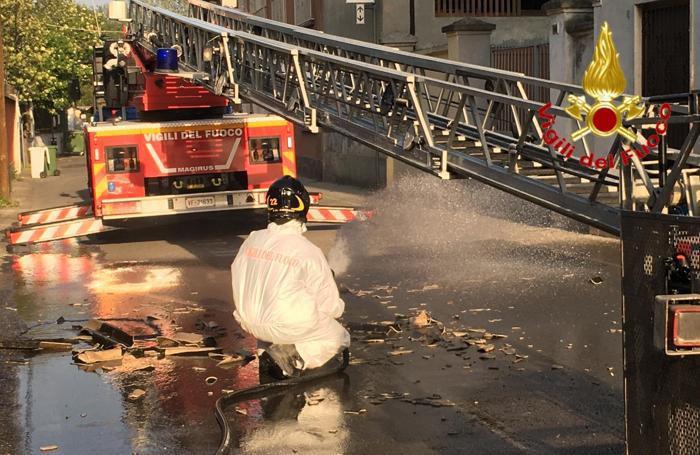 I pompieri bagnano del materiale caduto per evitare polveri nocive