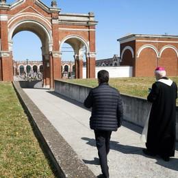 Il vescovo nei cimiteri della Bassa: «Affidiamo a Dio questi nostri fratelli»