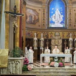 Il vescovo a Castiglione abbraccia una comunità ferita