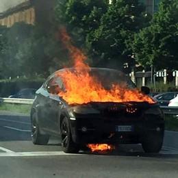 San Giuliano, auto in fiamme sulla Via Emilia