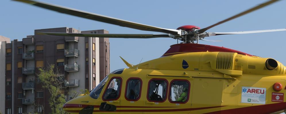Il sorpasso e poi lo schianto: motociclista di 65 anni di Comazzo soccorso in elicottero