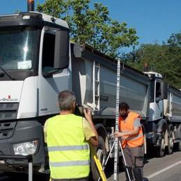 Quattordici camion assieme sul ponte per verificare se è solido - GUARDA IL VIDEO