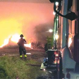 Maxi incendio di rotoballe a Chignolo Po, e a Orio Litta l'aria diventa irrespirabile