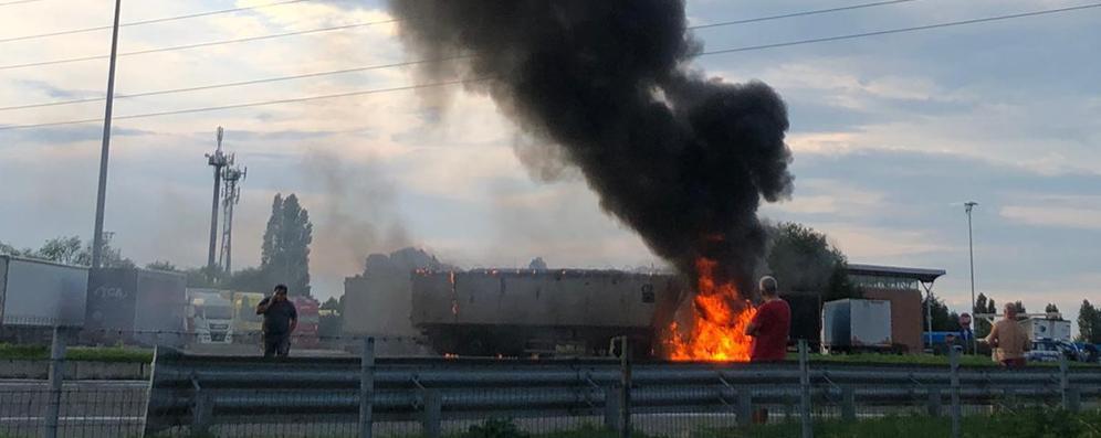 Esplosione a Somaglia, bilico in fiamme in A1