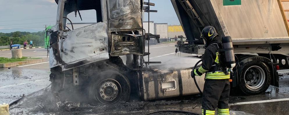 Esplode un camion in area di servizio a Somaglia, un 46enne soccorso in elicottero