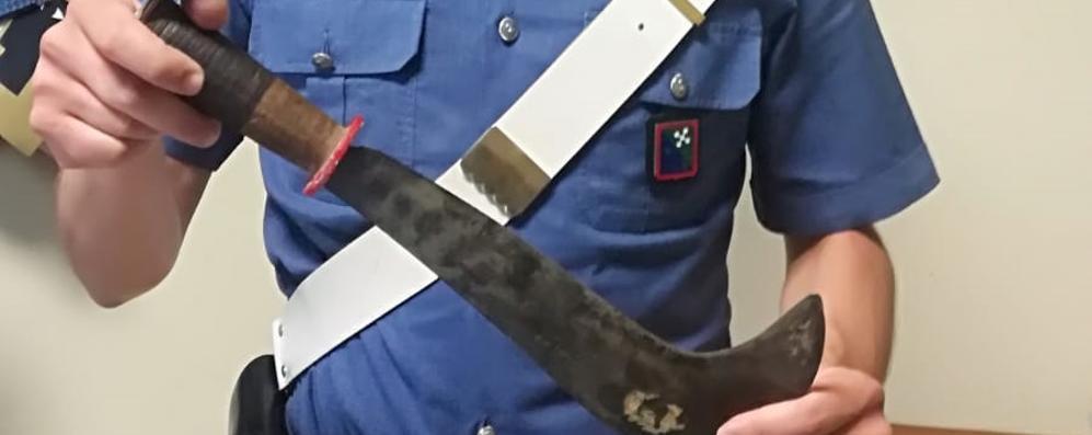 In auto con una roncola, denunciato un 29enne: «La uso per difendermi»