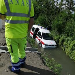 Schianto sulla via Emilia a Mairago, un'ambulanza vola nel fosso