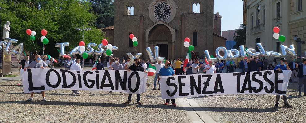 In 200 al flashmob in piazza Ospitale a Lodi per dire no al governo Conte VIDEO