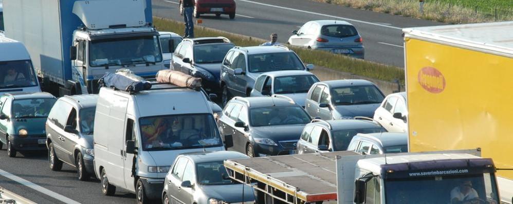 Auto si blocca in autostrada e viene centrata da un tir