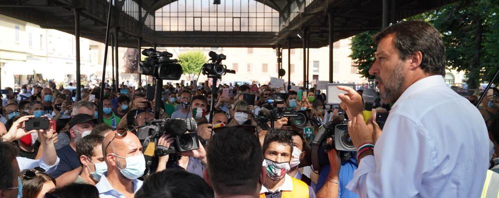 In centinaia a Codogno per Salvini. L'incontro con Cattaneo: «Legittima difesa sempre giusta»