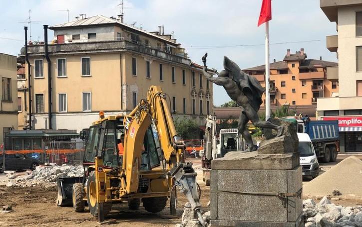 San Giuliano, il monumento ai Caduti assediato da ruspe e detriti