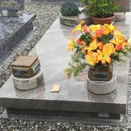 Fette biscottate e bottiglie di birra trovate al cimitero di Merlino