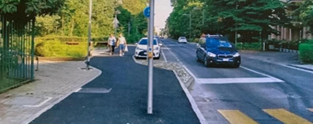 In mezzo alla pista ciclabile per Peschiera c'è il palo di un semaforo