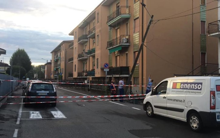 Tavazzano, auto abbatte un palo: corrente sospesa in varie case