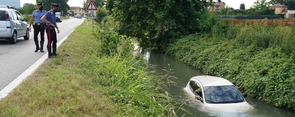 Ospedaletto, finisce con l'auto nel canale: un automobilista l'aiuta ad uscire