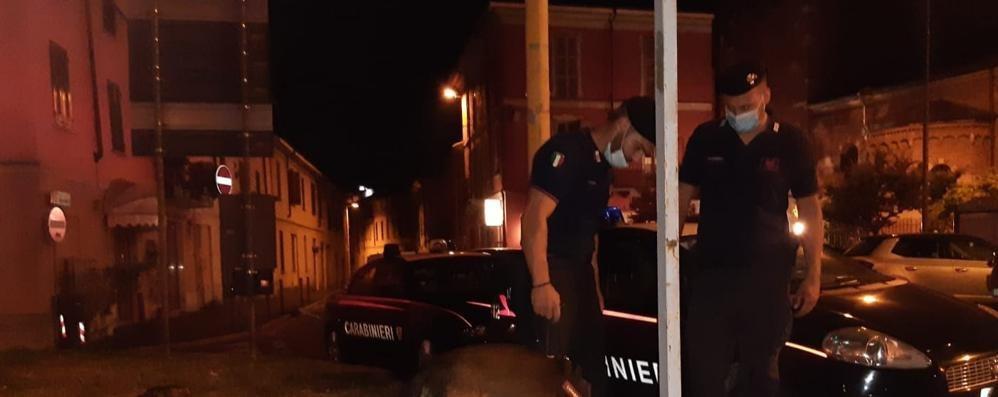 Blitz dei carabinieri in via Fascetti, spuntano 80 grammi di droga nascosti nei cestini dei rifiuti
