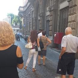 Lodi, in fila al caldo per entrare alle Poste: in via Volturno un'odissea per gli anziani
