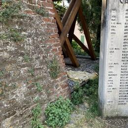 Lodi, tracce di bivacchi   sulla scalinata abbandonata