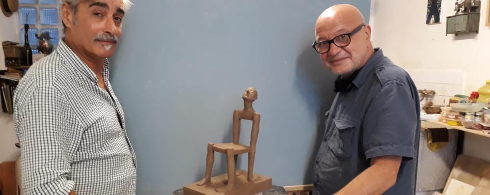 Marcello Chiarenza e un Pinocchio che prende forma da una sedia