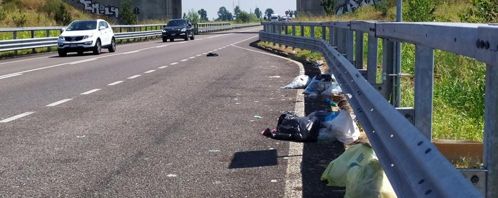 TAVAZZANO La via Emilia è sommersa dai sacchi di spazzatura
