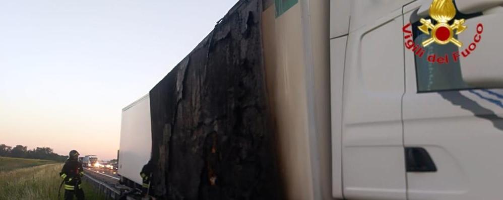 Tir in fiamme all'alba in A1 a San Zenone