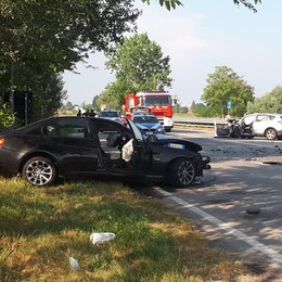 Tremendo frontale tra due auto sulla 235 a Cornegliano, ci sono due feriti gravi