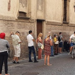 Tutti in fila davanti alle Poste di Lodi