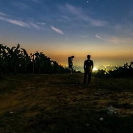 """Una """"coda"""" luminosa in collina a San Colombano: nella notte la cometa Neowise"""