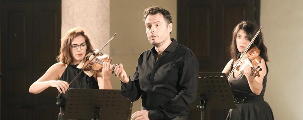 Ancora silenzio e poi la musica: la voce di Raffaele Pe apre Lodi al sole
