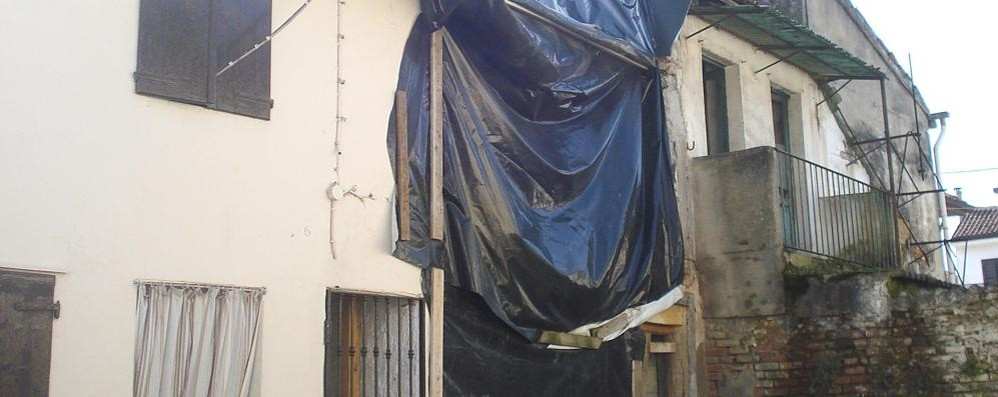 Crolla un tetto nel centro di Sant'Angelo, il Comune costretto a chiudere una strada