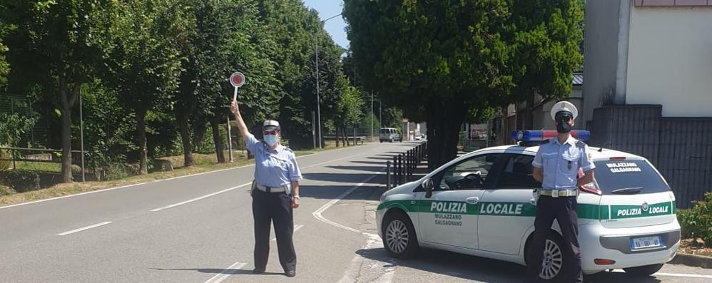 Documenti falsi per risparmiare sull'assicurazione auto, denunciato un 40enne a Mulazzano