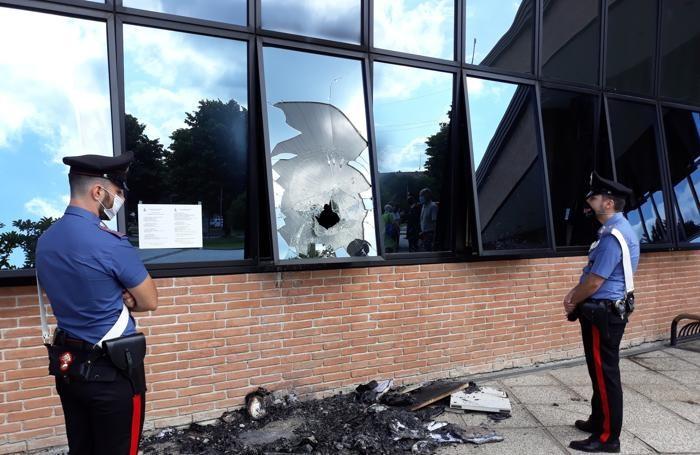 Il vetro che appare rotto dall'esterno