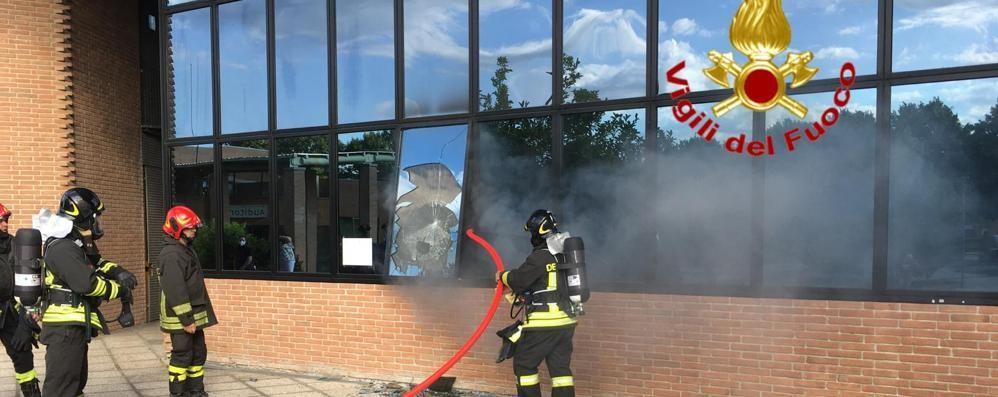 Incendio nel municipio, i vigili del fuoco al lavoro a Vizzolo Predabissi. Ipotesi vandalismo - VIDEO