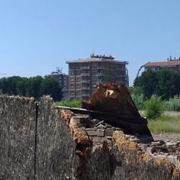 Lodi, in attesa del passaggio di proprietà cade a pezzi la recinzione dell'ex Abb